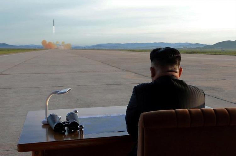 Nhà lãnh đạo Kim Jong-un của Triều Tiên theo dõi vụ phóng thử tên lửa Hwasong-12 ngày 16/9. Năm 2017 chứng kiến việc Bình Nhưỡng liên tục thử nhiệm vũ khí bất chấp sự lên án và các lệnh trừng phạt của cộng đồng quốc tế. Trong bản tổng kết cuối năm 2017, Triều Tiên khẳng định sẽ tiếp tục thực hiện thêm nhiều vụ thử nghiệm khác trong năm 2018 nếu Mỹ không ngừng khiêu khích.
