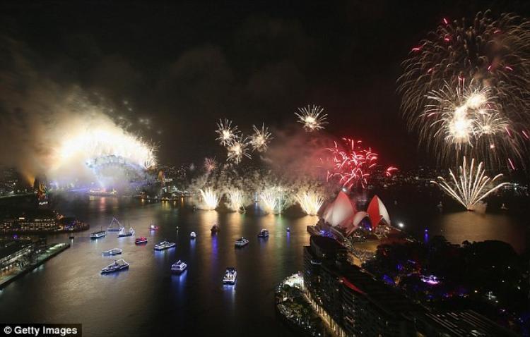 Màn trình diễn pháo hoa năm nay ở Sydney mang chủ đề cầu vồng, chào mừng việcAustralia vừa hợp thức hóa hôn nhân đồng tính.