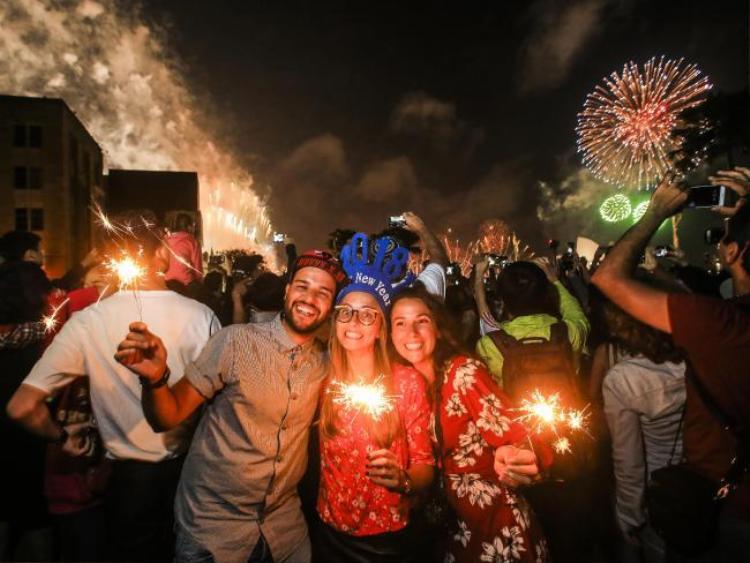 Người dân ghi lại những khoảnh khắc đẹp nhất trong đêm giao thừa.