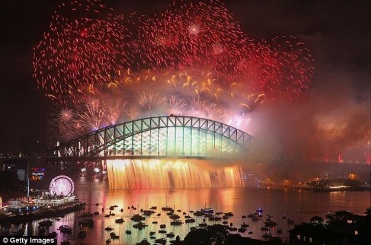 Ước tính có khoảng 1,6 triệu người tập trung tại cảng Sydney để chứng kiến khoảnh khắc một năm có một lần này. Không chỉ vậy, có khoảng 1,5 tỷ người trên thế giới cũng theo dõi màn chào đón năm mới rực rỡ muôn màu tại Sydney.