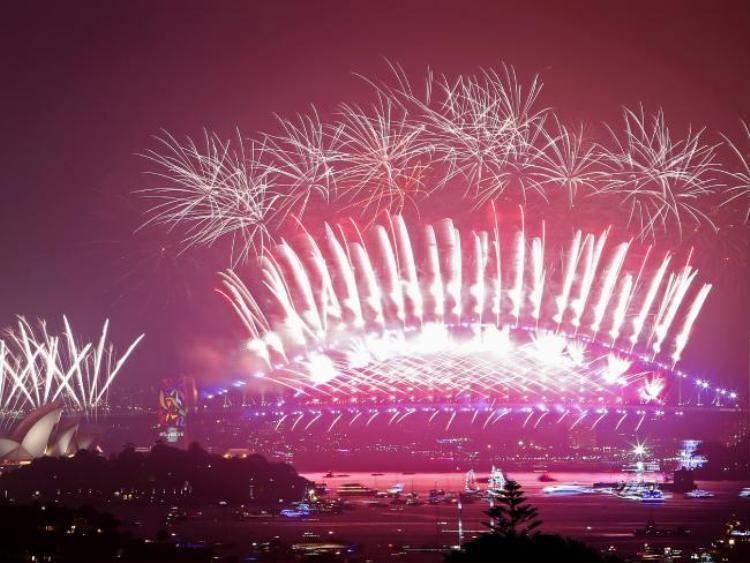 Khi đồng hồ điểm 12h, người dân và khách du khácch tại thành phố cảng Sydney cùng nhau đêm ngược, màn bắn pháo hoa chào đón năm mới chính thức bắt đầu.