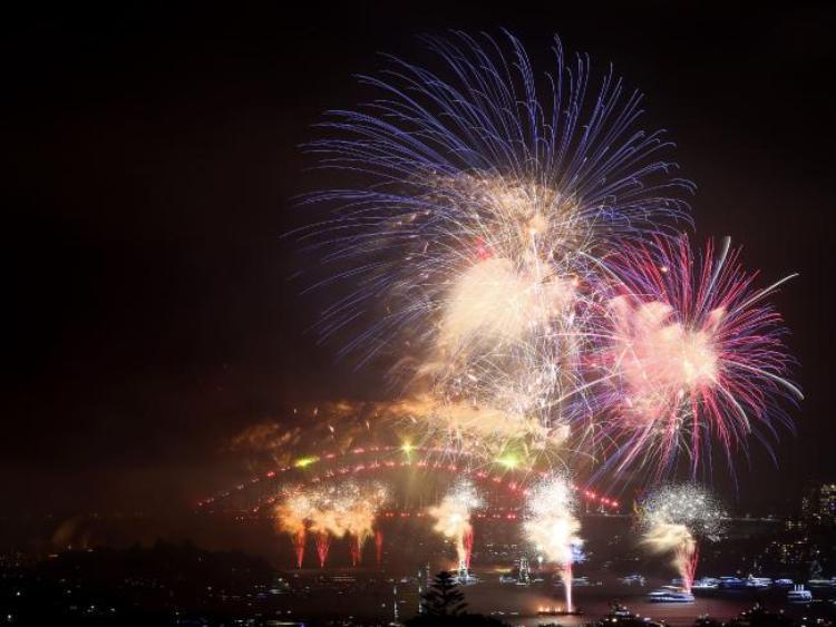 Cả thành phố cảng Sydney tràn ngập sắc màu rực rỡ.Không chỉ người dân tại đây mà cả thế giới đều được chứng kiến một màn trình diễn vô cùng mãn nhãn.