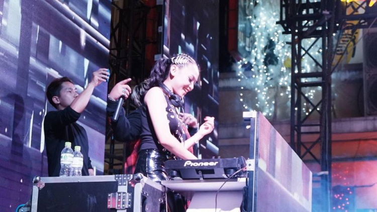 """DJ """"quẩy"""" tại sân khấu Countdown ở Bùi Viện."""