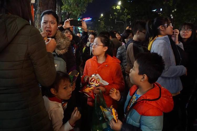 Nhiều em nhỏ tranh thủ ăn bim bim chống đói.