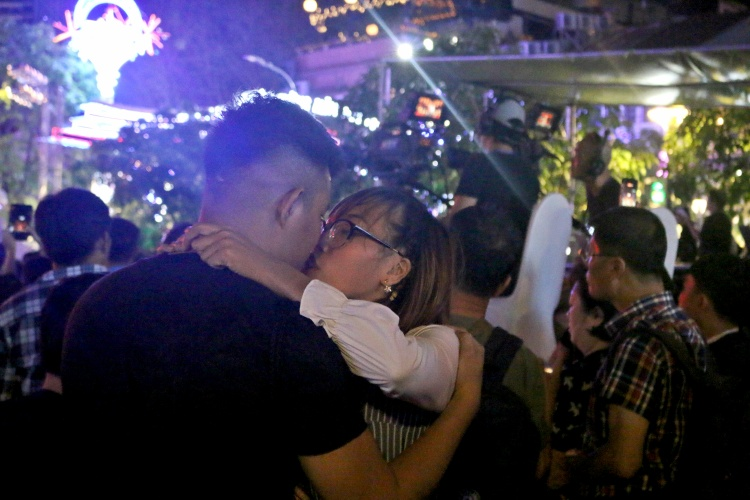 Nhiều cặp tình nhân trao nhau nụ hôn ngọt ngào trong ngày cuối cùng của năm 2017.