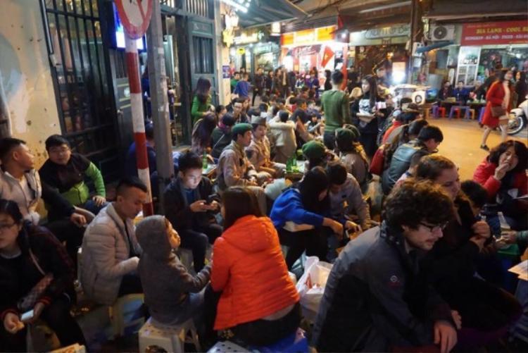 Khung cảnh ở Tạ Hiện tối 31/12.