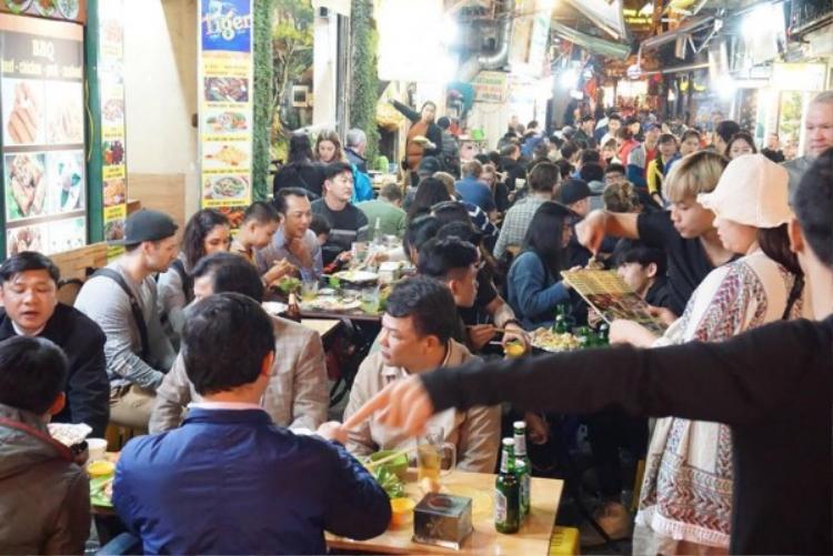 Chuyện phải ngồi ghép bàn với người lạ diễn ra phổ biến.