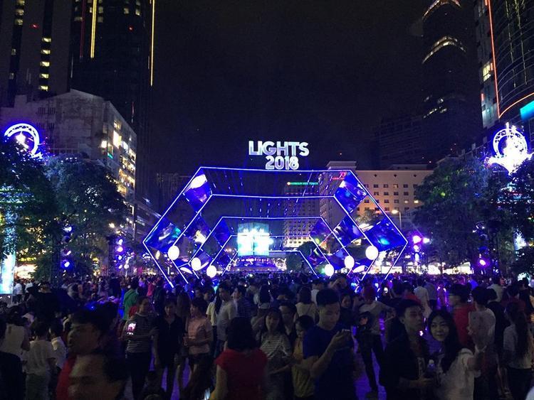 Khung cảnh đông đúc tại phố đi bộ Nguyễn Huệ.