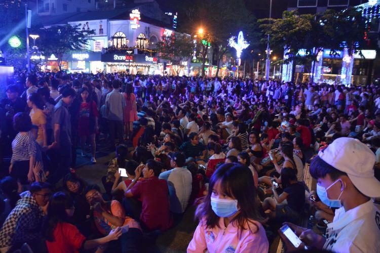 Từ đầu giờ tối, khu vực phố đi bộ đã vô cùng đông đúc.