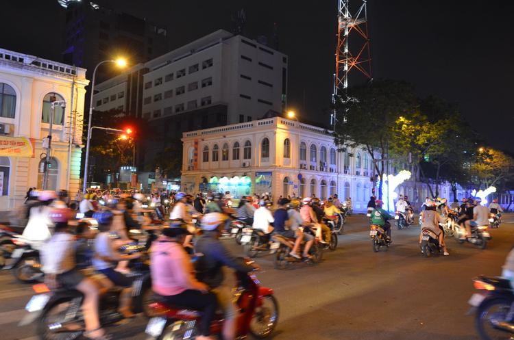 Lối dẫn vào phố đi bộ Nguyễn Huệ.