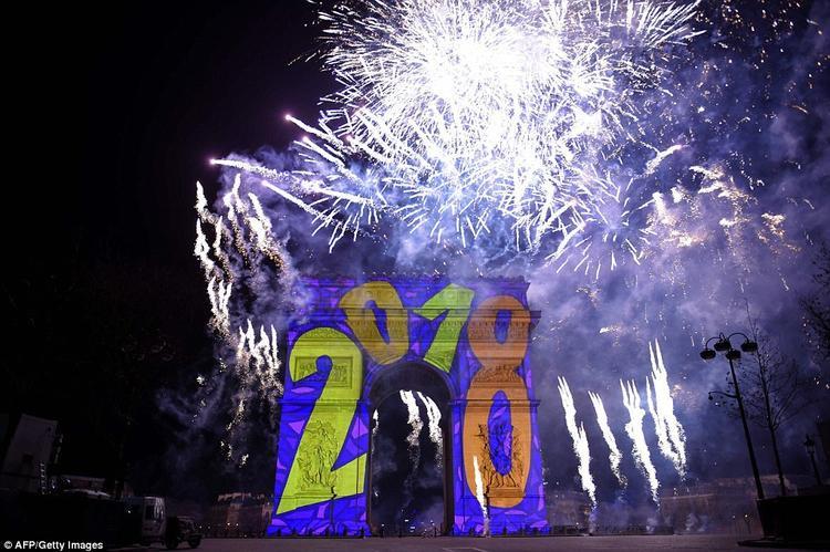 Cùng giờ với Đức, nước Pháp cũng chào đón năm mới. Hình ảnh 3D 2018 được chiếu lên tượng đài Khải Hoàn Môn (Arc de Triomphe) ở thủ đô Paris, Pháp trong suốt lễ chào mừng năm mới.