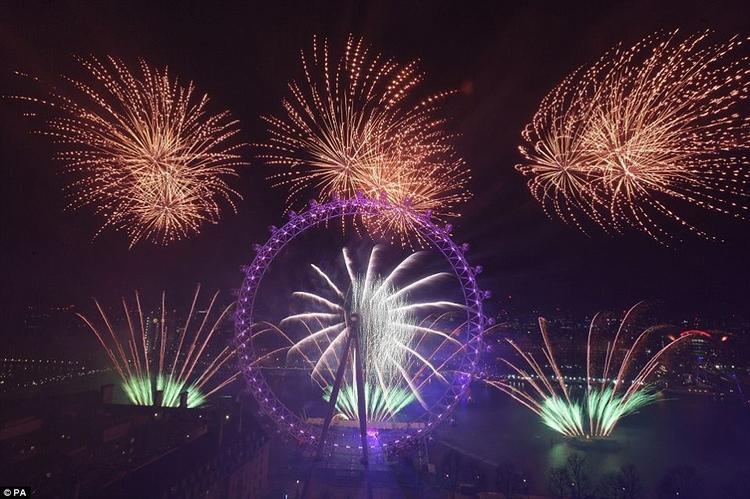 10.000 quả pháo hoa được bắn lên bầu trời trong màn trình diễn ánh sáng kéo dài 12 phút.