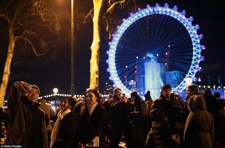 Mặc dù nhiệt độ tại London đang xuống thấp, chỉ 5 độ C nhưng hàng ngàn người vẫn đổ về đây để cùng đón giao thừa. Ước tính có khoảng 250.000 người đã tới bên bờ sông Thames để ngắm pháo hoa.