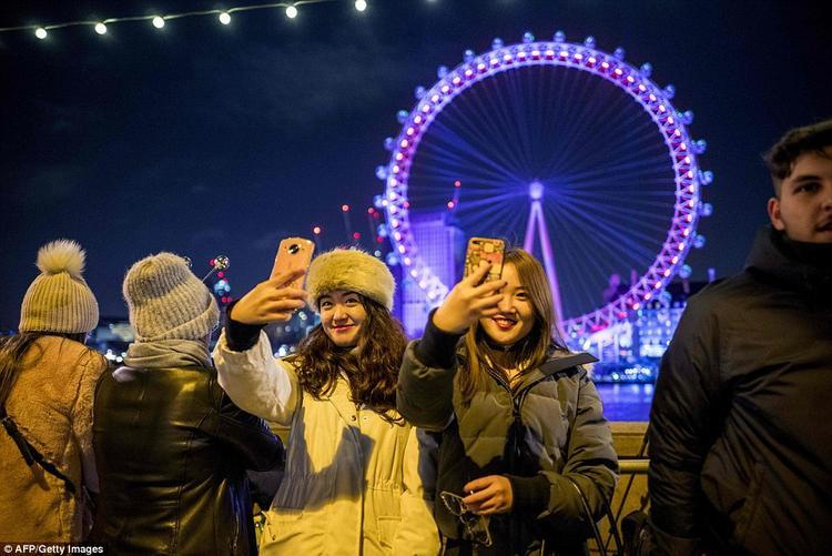 Mọi người thi nhau ghi lại những khoảnh khắc khi bước sang năm mới tại Anh.