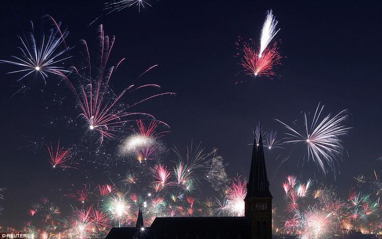 Nhà thờ Familienkirche tại thủ đô Vienna, Áo rực rỡ, hoa lệ trong đêm giao thừa.