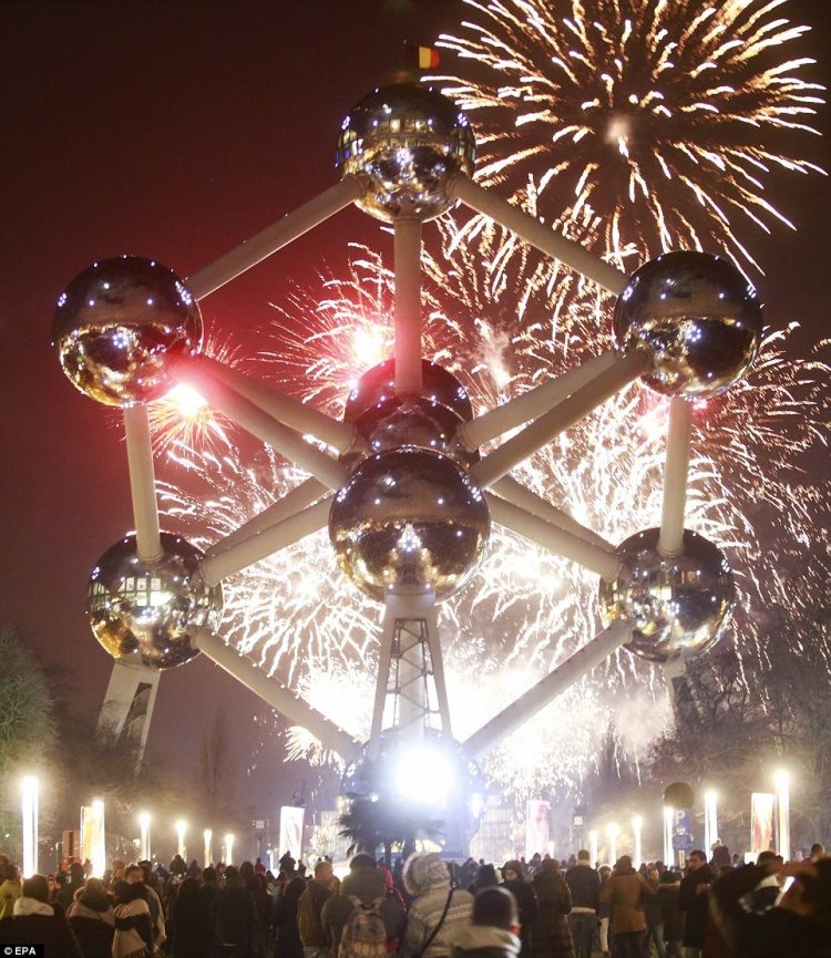Đài tưởng niệm Atomium tại thủ đô Bruxelles, Bỉ cũng sáng rực trong màn bắn pháo hoa đêm giao thừa.