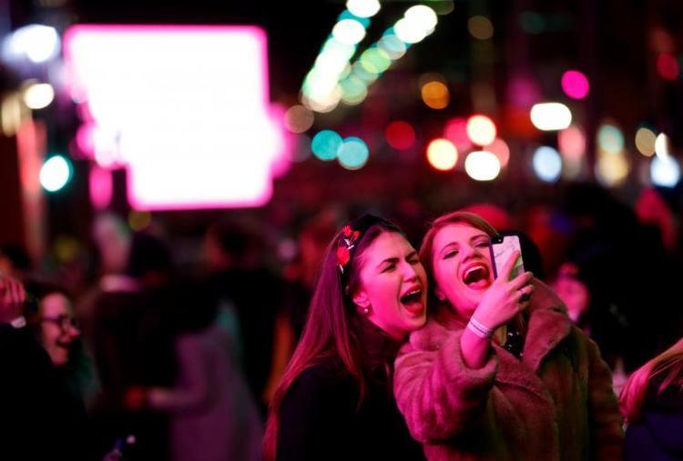 Người dân hào hứng ghi lại khoảnh khắc năm mới ở Edinburgh, Scotland.