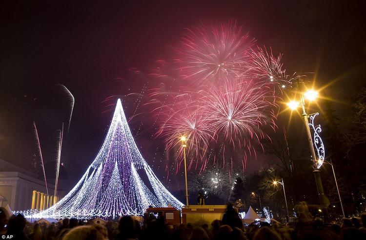 Màn biểu diễn pháo hoa tại Quảng trường Nhà thờ ở Vilnius, Lithuania.