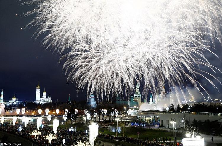 Pháo hoa được bắn trên cây cầu Bolshoy Kamenny, tại Quảng trường Đỏ. Trong giây phút đầu năm mới, Tổng thống Nga Vladimir Putin phát biểu nhắn nhủ người dân Nga cần yêu thương, quan tâm tới nhau hơn.