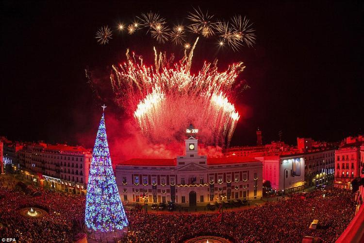 Hàng ngàn người đổ dồn tại Cổng mặt trời tại Madrid, Tây Ban Nha để tham gia bữa tiệc đón năm mới.