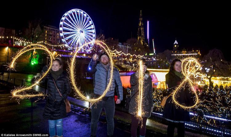Một nhóm người ở Scotland viết số 2018 trong đêm giao thừa để chào đón năm mới.