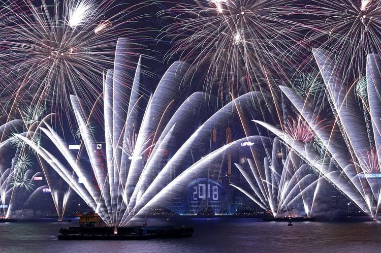 Màn bắn pháo hoa ở bến cảng Victoria, Hồng Kong.