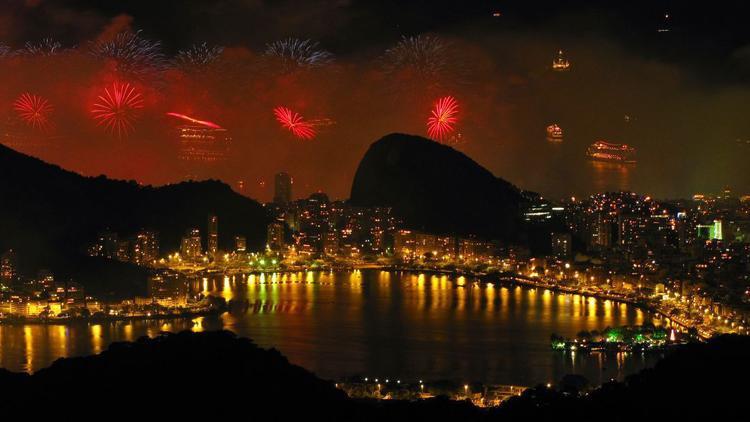 Pháo hoa bắn lên tại khu vực bãi biển Copacabana, Brazil.