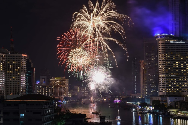 Màn bắn pháo hoa trên sông Chao Phraya ở Bangkok, Thái Lan.