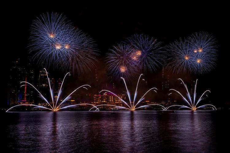 Màn trình diễn pháo hoa ở Abu Dhabi, thủ đô Các Tiểu Vương quốc Ả Rập thống nhất vào thời khắc chuyển giao giữa năm cũ và năm mới.
