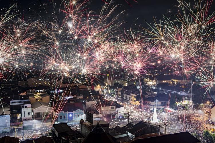 Thành phố Yogyakarta, Indonesia ngập chìm trong ánh sáng rực rỡ trong thời khắc chuyển giao giữa ăm cũ và năm mới.