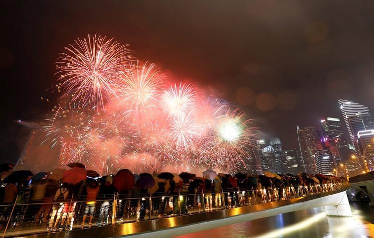 Năm nay, quốc đảo sư tử Singapore đón năm mới sớm hơn bình thường do điều kiện thời tiết. Mặc dù trời mưa nhưng người dân tới vịnhMarina đón năm mới cũng không hề ít hơn các năm trước.