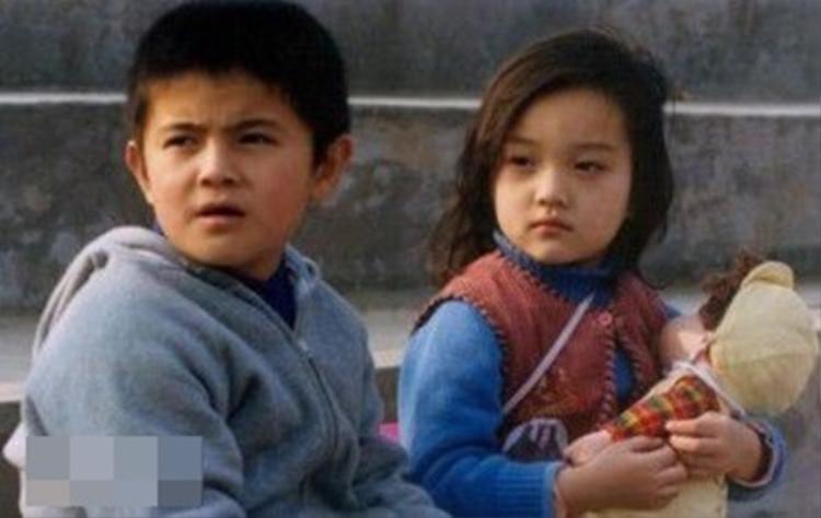 Lý Tiểu Lộ sinh ra trong gia đình giàu truyền thống nghệ thuật nên đóng phim từ thời thơ bé.