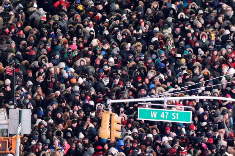 Từ sáng sớm, người dân và khách du lịch đã đổ dồn về Quảng trường Thời đại để kiếm một chỗ đứng thuận lợi, chứng kiến khoảnh khắc giao thừa.Ai nấy đều háo hức màn thả bóng khổng lồ và những màn pháo hoa mãn nhãn.