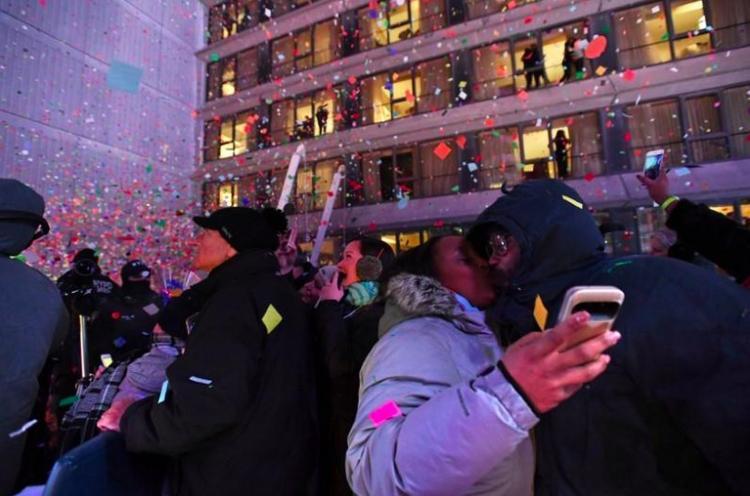 Người dân Mỹ trên quảng trường Thời đại hát vang bài hát Aung Lang Syne và dành cho nhau những nụ hôn ngọt ngào trong những giây phút đầu tiên của năm 2018.