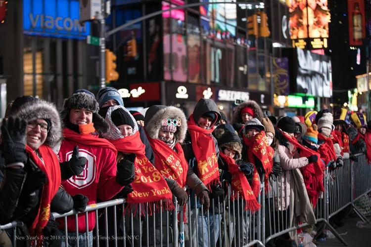 Dòng người xếp hàng dài chờ đợi đồng hồ tại Quảng trường Thời đại tại New York điểm 0h. Khoảnh khắc được trông đợi nhất là khiquả cầu pha lê được thả vào đêm giao thừa, đánh dấu năm 2018 đã đến. Năm nay, cầu pha lê có đường kính 3,5 m, nặng 5,385 tấn, được bao phủ bởi 2.688 mảnh tam giác có thể thay đổi màu sắc và được chiếu sáng bằng 32.256 bóng đèn LED.
