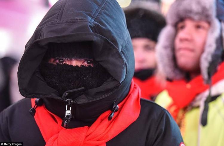 """Milwaukee Sallie Anderson, 29 tuổi, một khách du lịch chia sẻ: """"Lạnh không phải là vấn đề lớn. Hiện tại tôi đang rất nóng mặc dù tôi không có găng tay""""."""