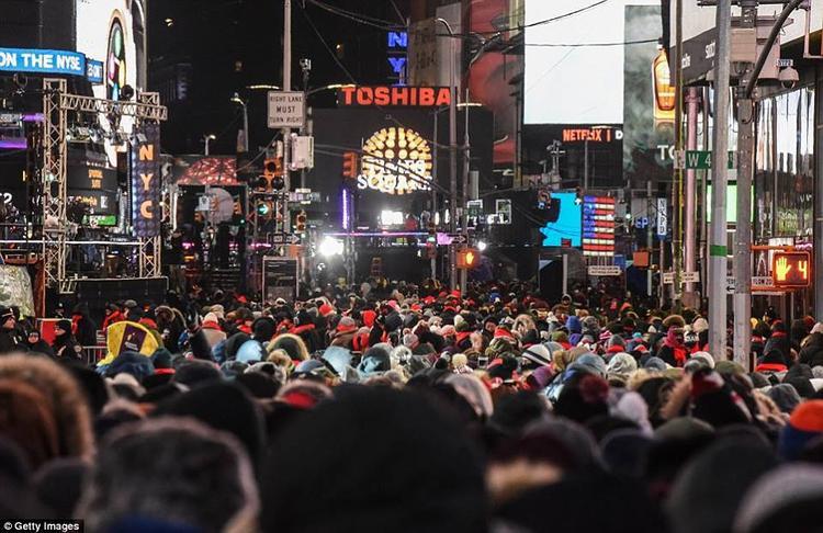 Đây là hình ảnh thường thấy ở quảng trường Thời đại vào mỗi ngày 31/12, trước khi chào tạm biệt một năm cũ.