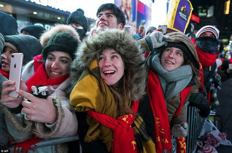 Theo CNN, khoảng 2 triệu người đã có mặt tại Quảng trường Thời đại từ chiều 31/12 (giờ địa phương) để cùng chào đón khoảnh khắc giao thừa.