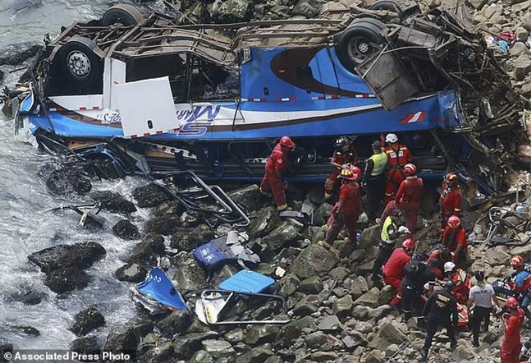 """Vụ tai nạn tại """"khúc cua tử thần"""" ở Peru."""