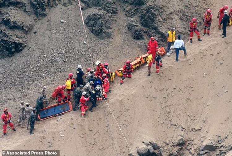 Do đoạn đường tới nơi xảy ra tai nạn không thuận tiện nên công tác cứu hộ gặp nhiều khó khăn.