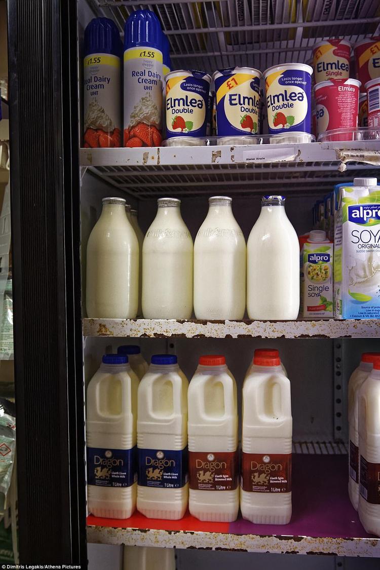 Một số chai thủy tinh sữa tại cửa hàng tiện lợi ở ngôi làng Aberporth, phía Tây xứ Wales.