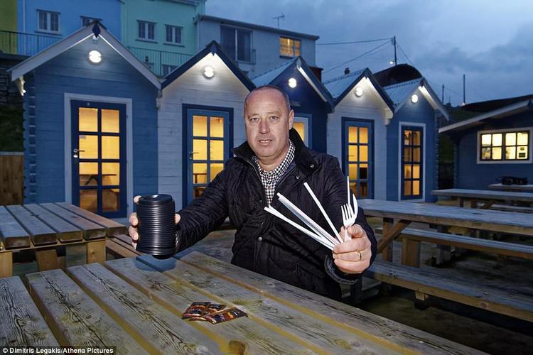 Gethin James, chủ của một quán cà phê cho biết không có đồ dùng nào làm được làm từ nhựa trong cửa hàng của ông.