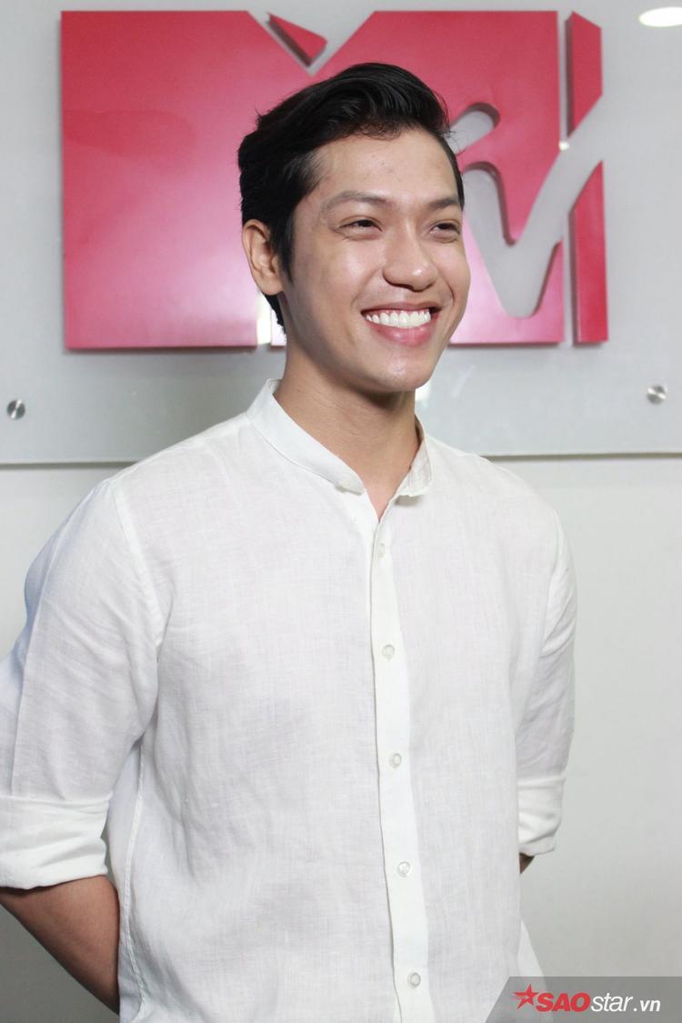 Nụ cười tươi và sự hài hước, dí dỏm của Hiền Sến nhận được phản ứng tích cực của hai đạo diễn.