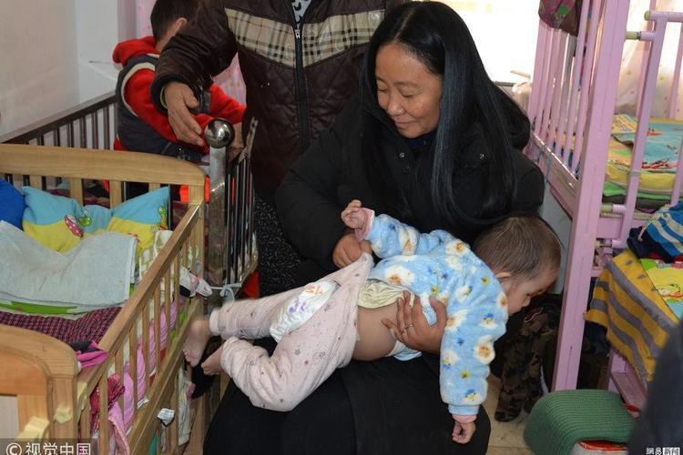 Dù bệnh tật nhưng nụ cười của bà Li luôn thường trực trên môi mỗi khi chăm sóc các em nhỏ.