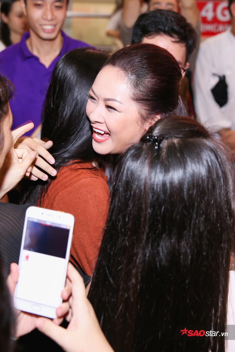 Như Quỳnh tươi cười, hạnh phúc trong vòng vây của fan.