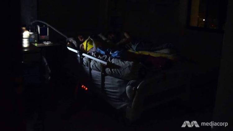 Từ ngày rời bệnh viện, mẹ Sing Yu luôn nằm ngủ cùng con gái.