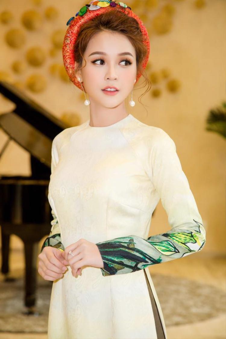 Khi diện áo dài, Sam hóa thân thành thiếu nữ xinh đẹp và dịu dàng.