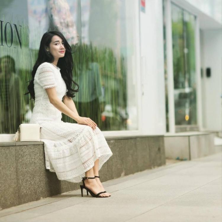 Cô nàng có lần cũng dạo phố trong bộ đầm trắng thướt tha.