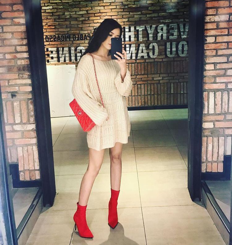 """Rõ ràng là xét về phụ kiện, phong cách phối đồ, một lần nữa """"người tình tin đồn của Trường Giang"""" lại nhỉnh hơn nhân vật chính Nhã Phương. Sam diện bốt Balenciaga và túi Chanel đắt đỏ trong bức ảnh tưởng như đơn giản này."""