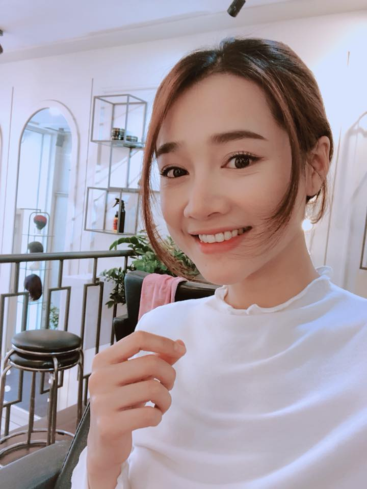 Street style trắng của Nhã Phương cùng thường rất đơn giản.